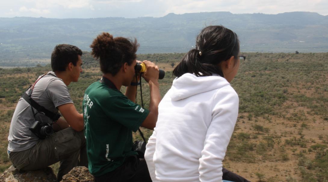 Voluntarios de conservación en Kenia realizando monitoreo.